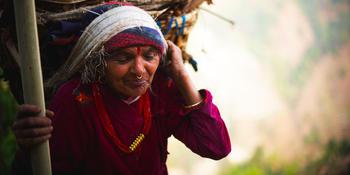 Blog index page thumb babka s plnym kosom dreva na hlave  nepal  matej cerulik uprava