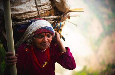 Blog thumb wide babka s plnym kosom dreva na hlave  nepal  matej cerulik uprava