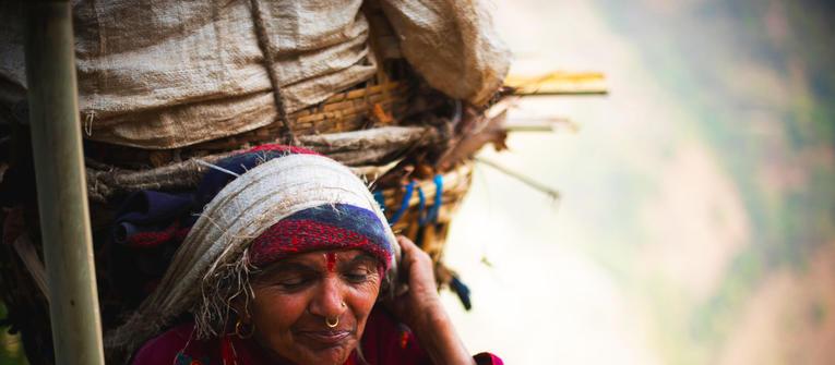 Index big wide babka s plnym kosom dreva na hlave  nepal  matej cerulik uprava