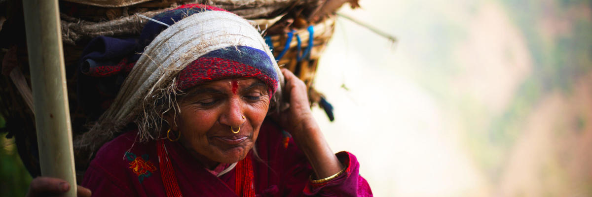 Show big babka s plnym kosom dreva na hlave  nepal  matej cerulik uprava