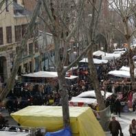 Ak sa chcete vyhnúť zápcham, naplánujte si bohémsky trh El Rastro skoro ráno.