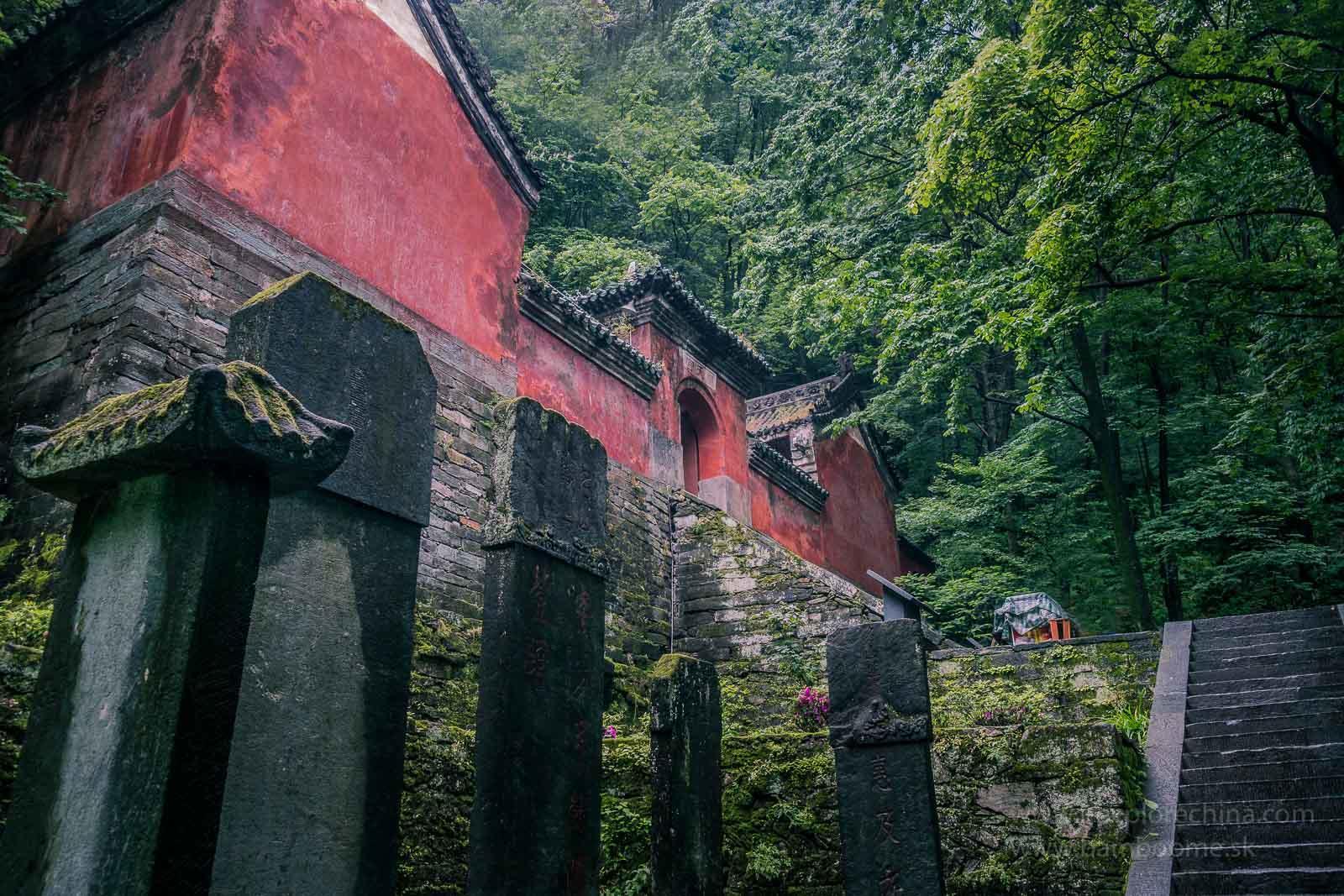 Ďalšie chrámy sú skryté uprostred lesov. Treba ich hladať a absolvovať k nim dlhší výstup. Vďaka tomu sú ale úplne bez turistov.