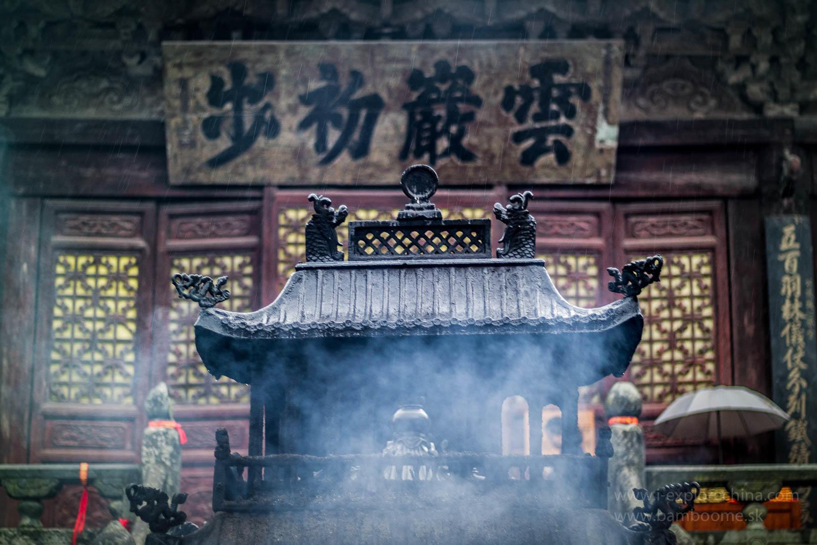 Vnútry chrámov sa môžete pokloniť taoistickým božstvám a zapáliť im vonné tyčinky.