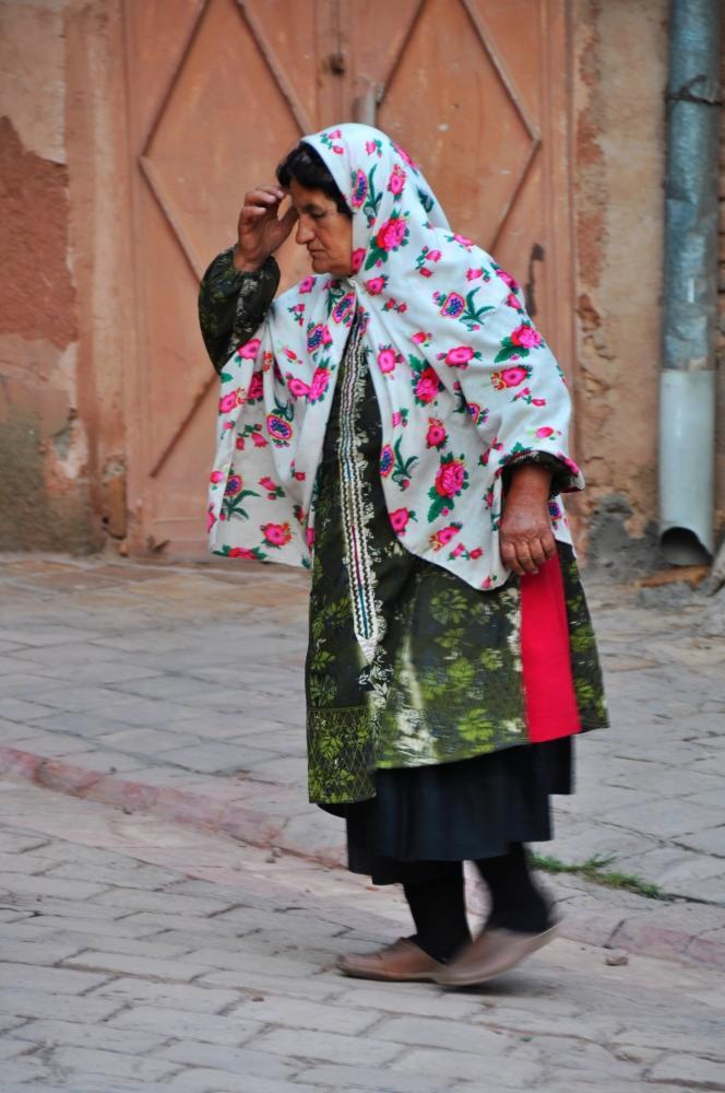 Abyaneh - ženy nosia kvietkované čádory