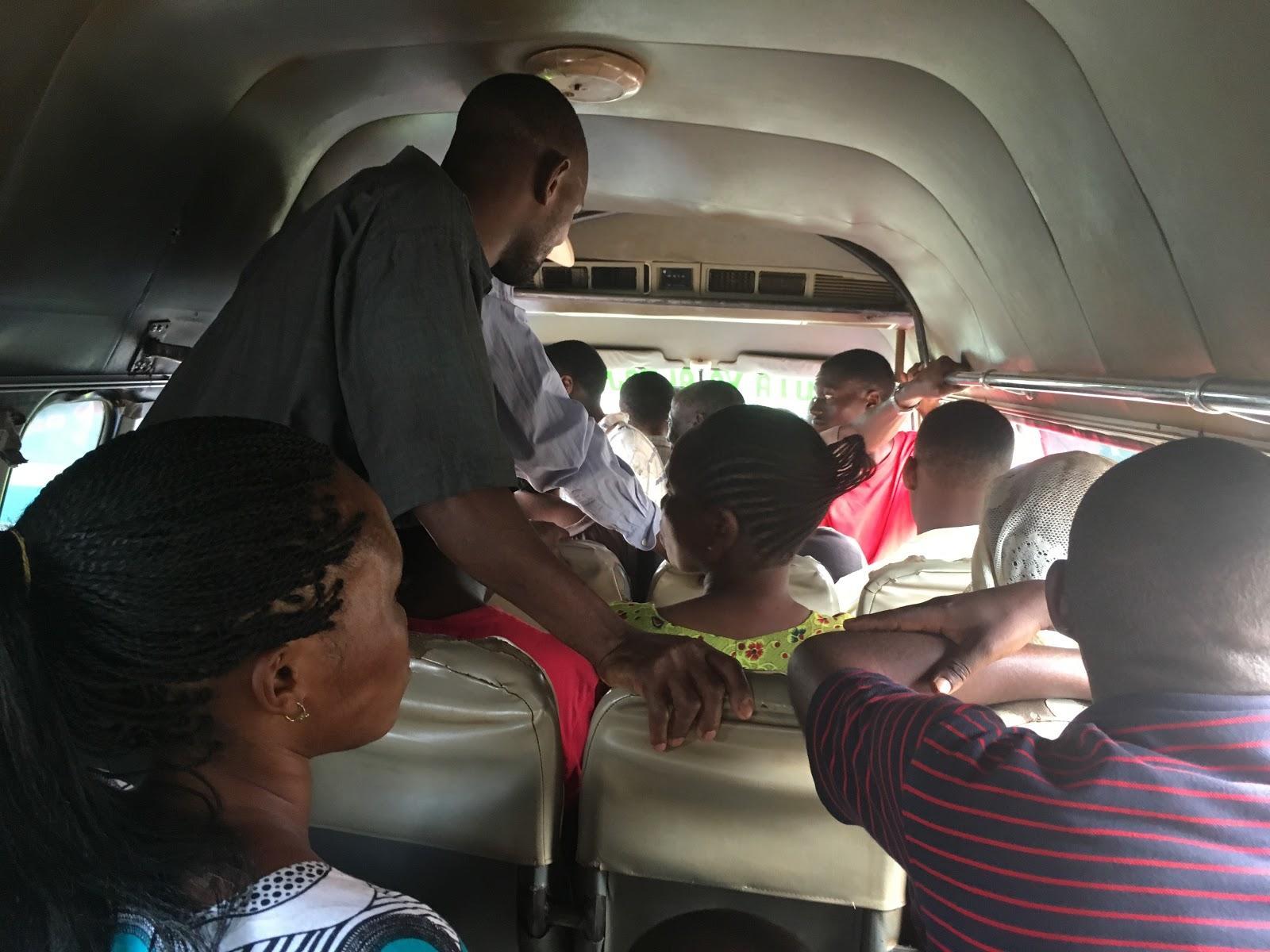 Autobus dala dala, ktorý nás viezol k letisku, Moshi