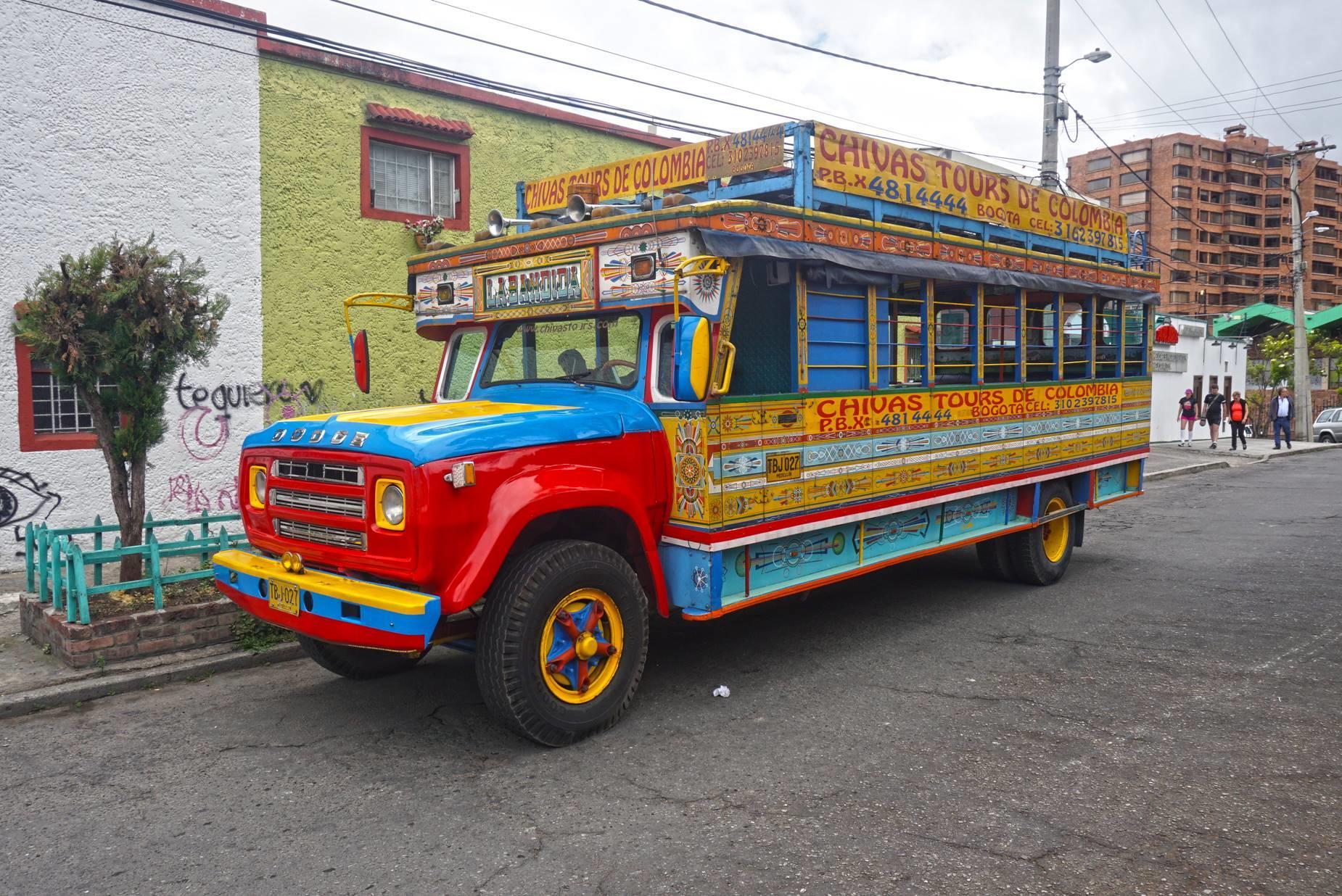 Chiva autobus určený pre turistov, Bogota.