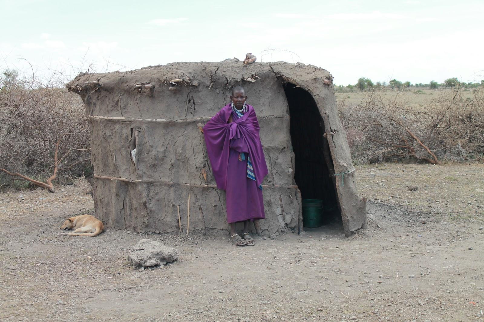 Domorodkyňa pred svojím domom. Žije v ňom 4-5 členná rodina.