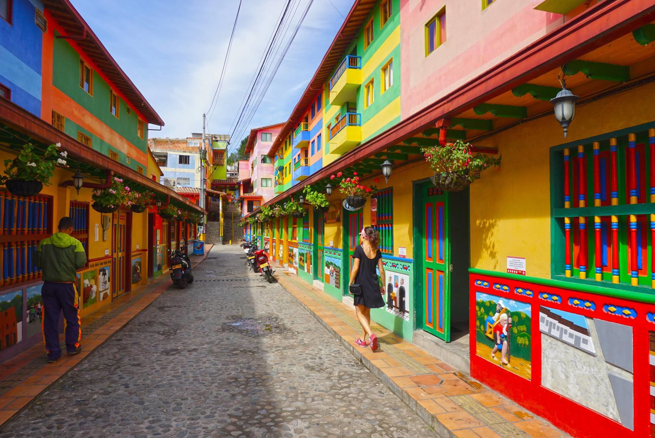 Malebná a farebná dedinka Guatape.