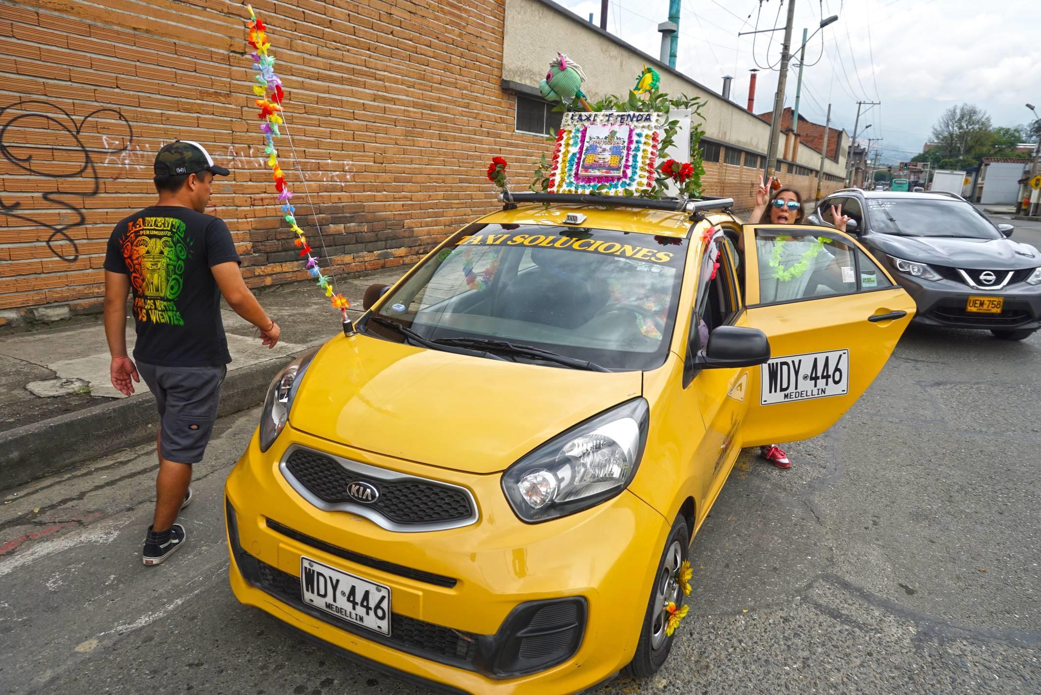 Náš super taxikár a jeho taxi-obchod v Medelline.