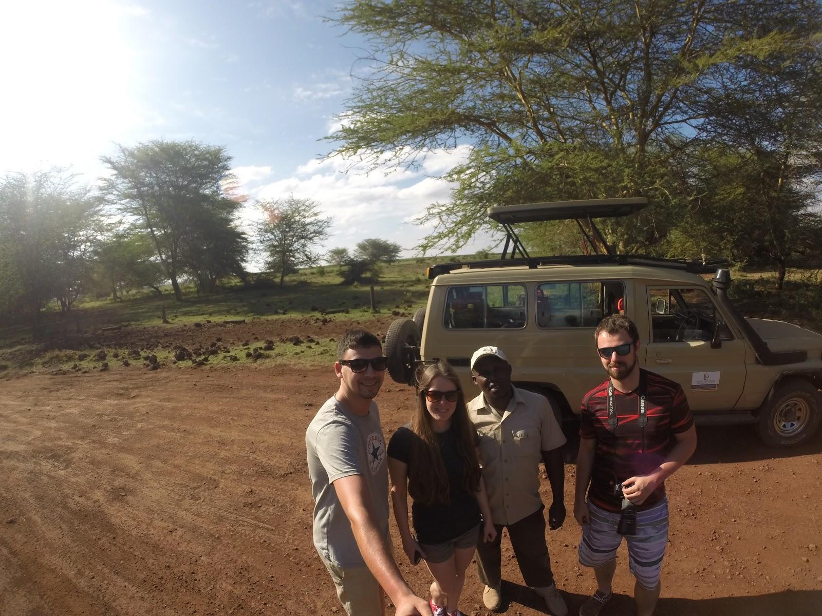 Pamätná fotka so sprievodcom Abdulom a naším safari autom, Lake Manyara