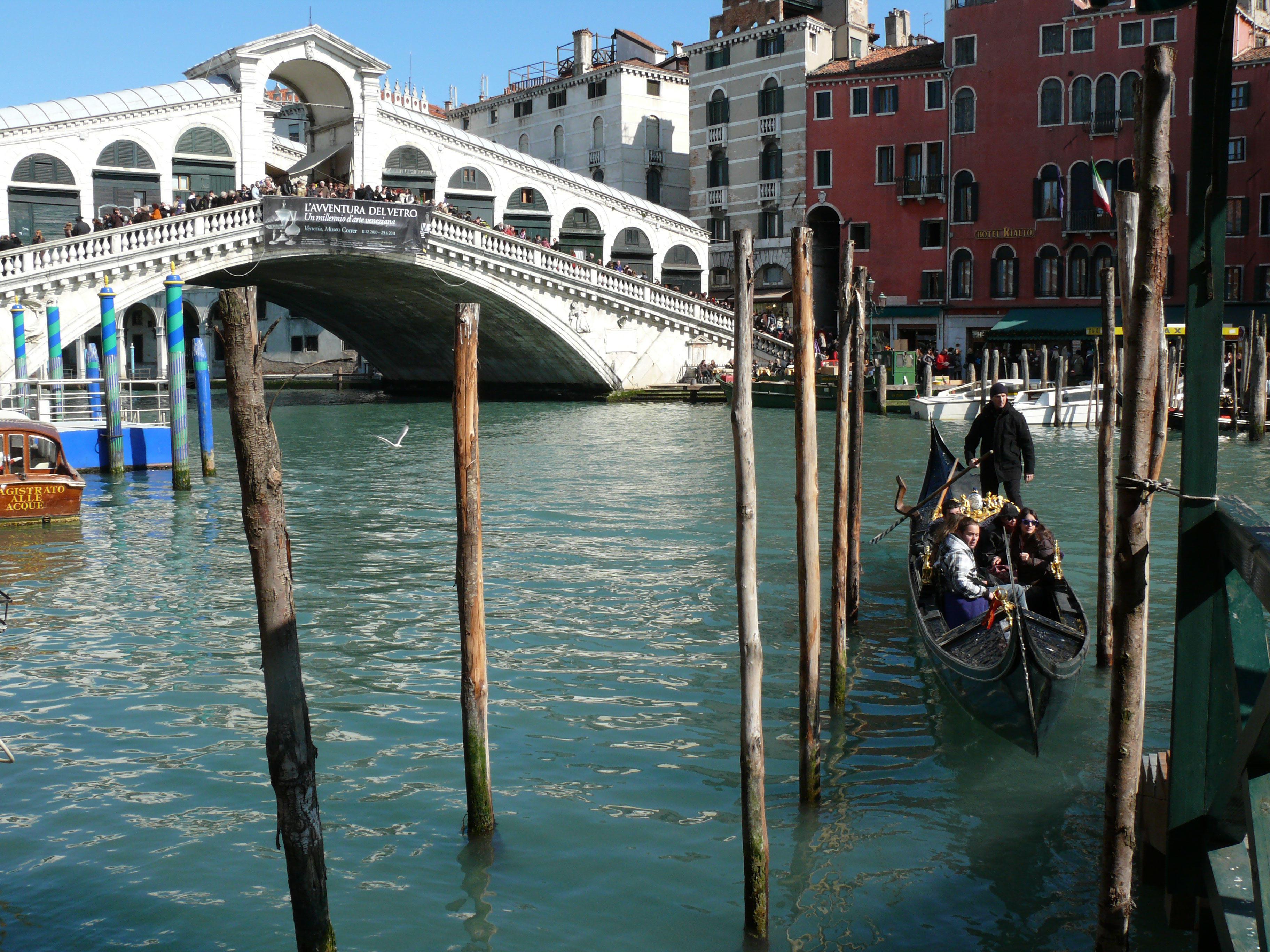Ponte di Rialto so zmeskou národov