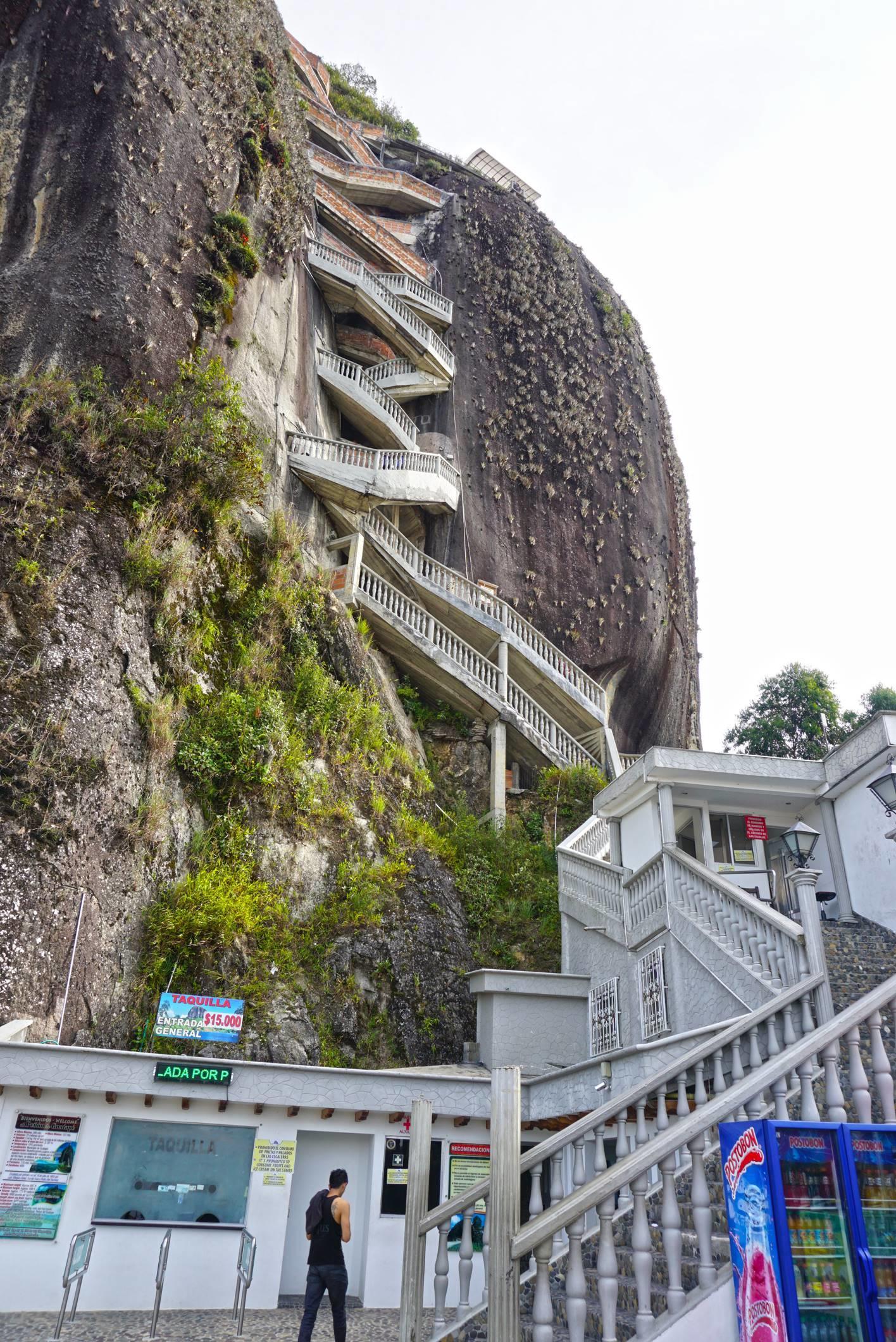 Schody na skalu El Penol, Guatape.