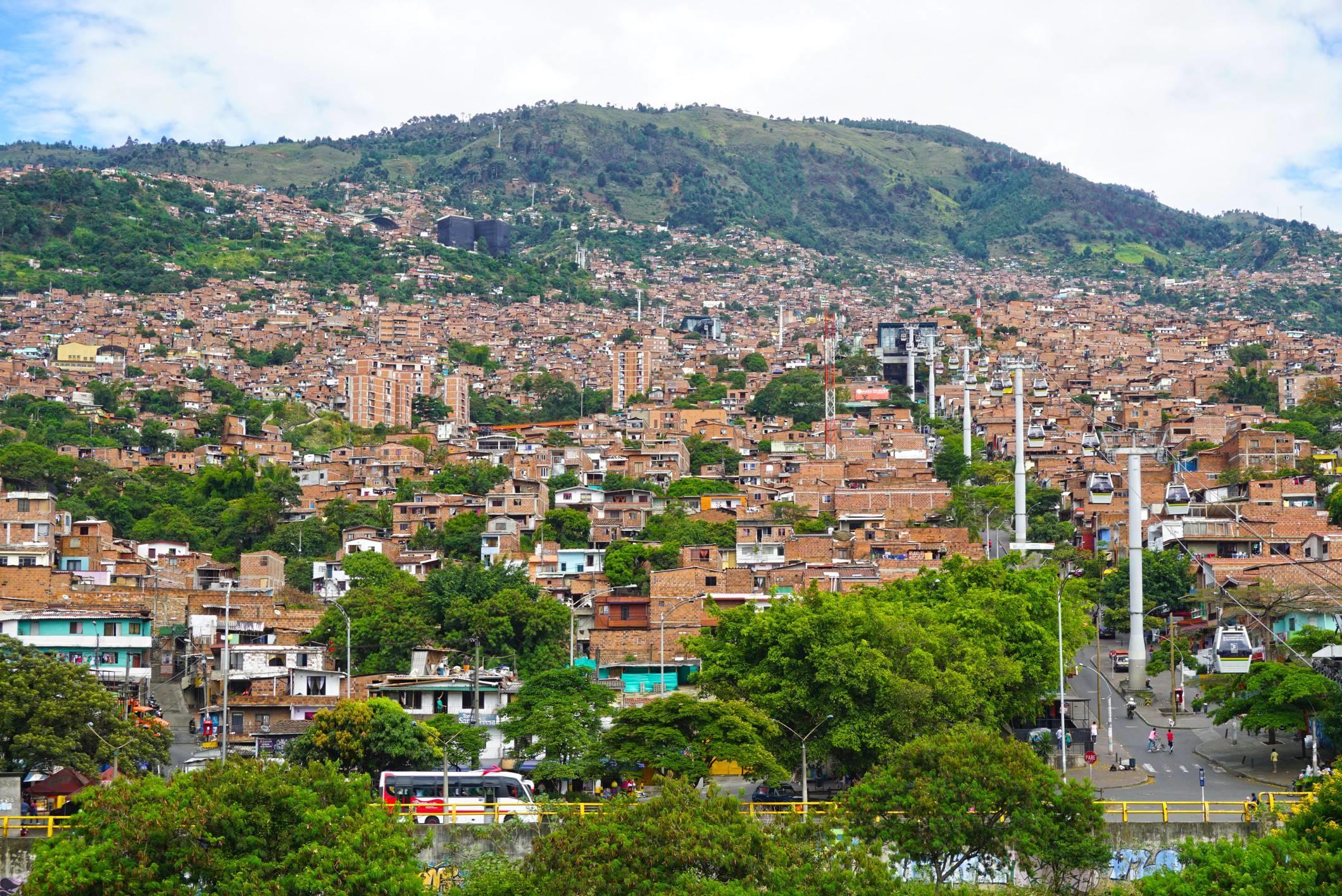 Severná časť mesta Medellin, jedna z tžch, ktoré je vidno v úvodných titulkoch Narcos.