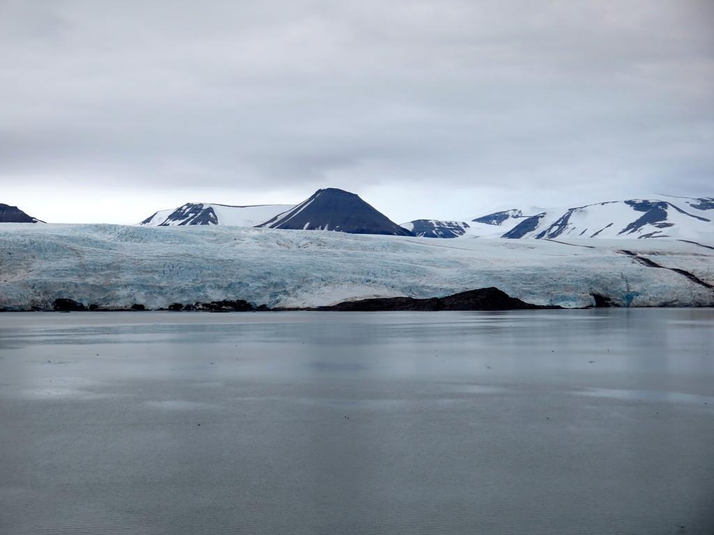 Ľadovec Nordenskiöld. Práve tam sa často vyskytujú ľadové medvede. A hoci sme na otvorenej palube oproti majestátnemu ľadovcu dve hodiny stáli, a hádali sa, či tá biela škvrna je medveď, šťastie sme nemali.