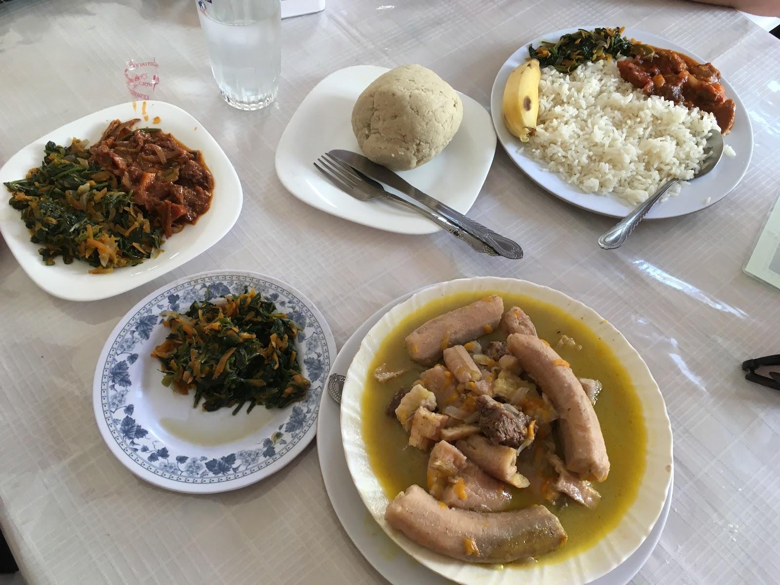 Tradičné tanzánske jedlo Ugali (buchta) a banány s mäsom, Arusha