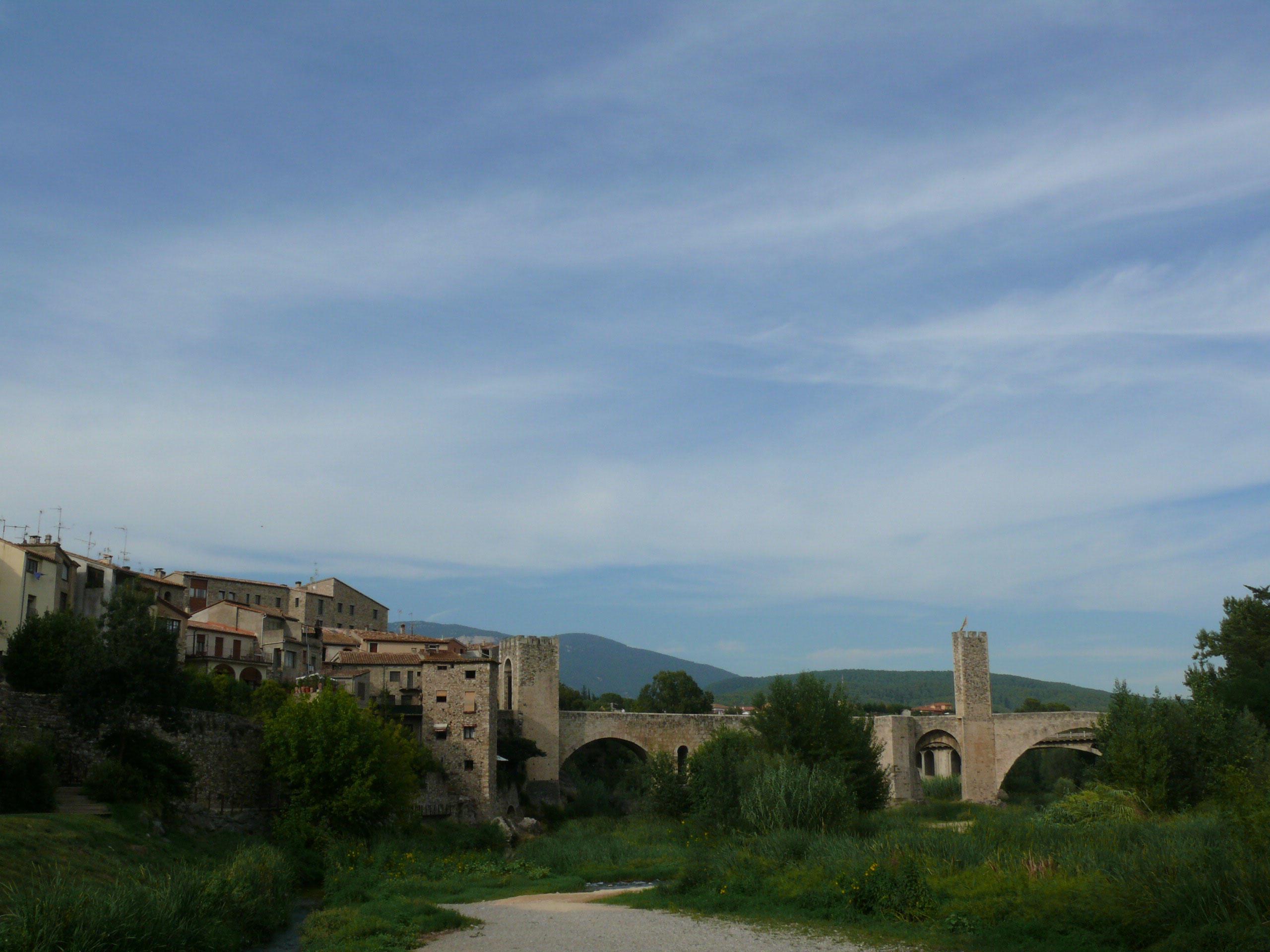 Užasný kamenný most v mestečku Besalú vám nezmizne z mysle ani po rokoch