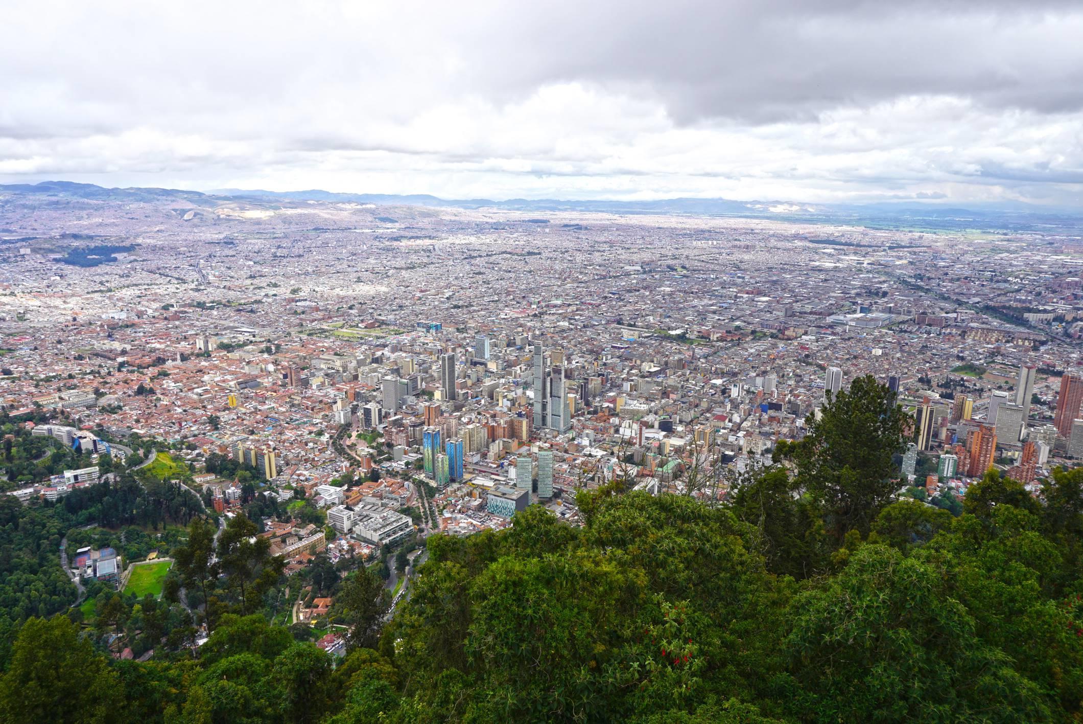 Výhľad z Monserrate na rozľahlú Bogotu.