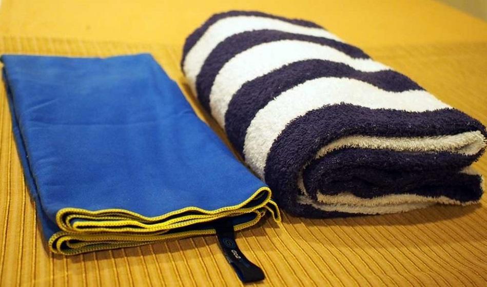 Cestovateľský uterák napravo, malý klasický uterák naľavo. Rozdiel na prvý pohľad. A pri nosení v batohu je to cítiť ešte viac...