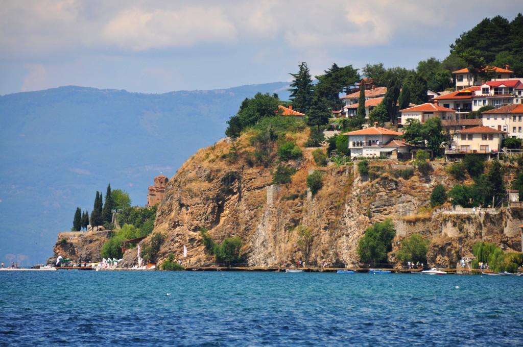 Ohrid - skalnatý výbežok do jazera zdobí  kláštor