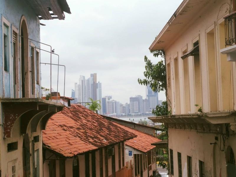 Stará štvrť Casco Viejo verzus moderné Panama City.