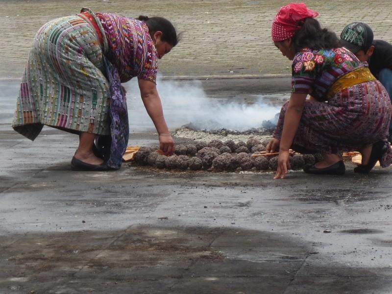 Mayské rituály v meste San Andrez Itzapa v Guatemale.