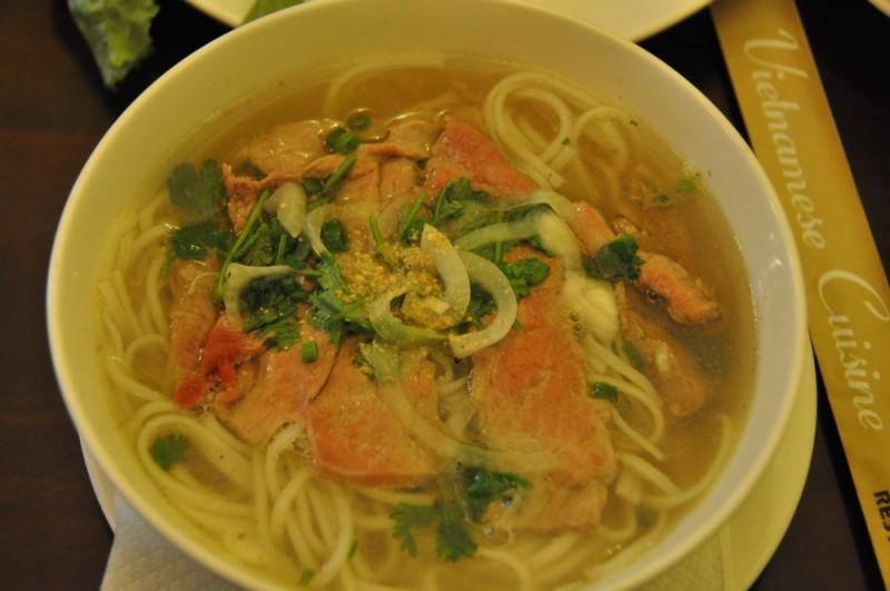 Saigon – tradičná polievka pho bo.